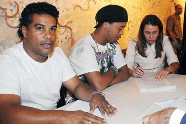 Ronaldinho e Assis tem passaportes apreendidos pelo Ministério Público