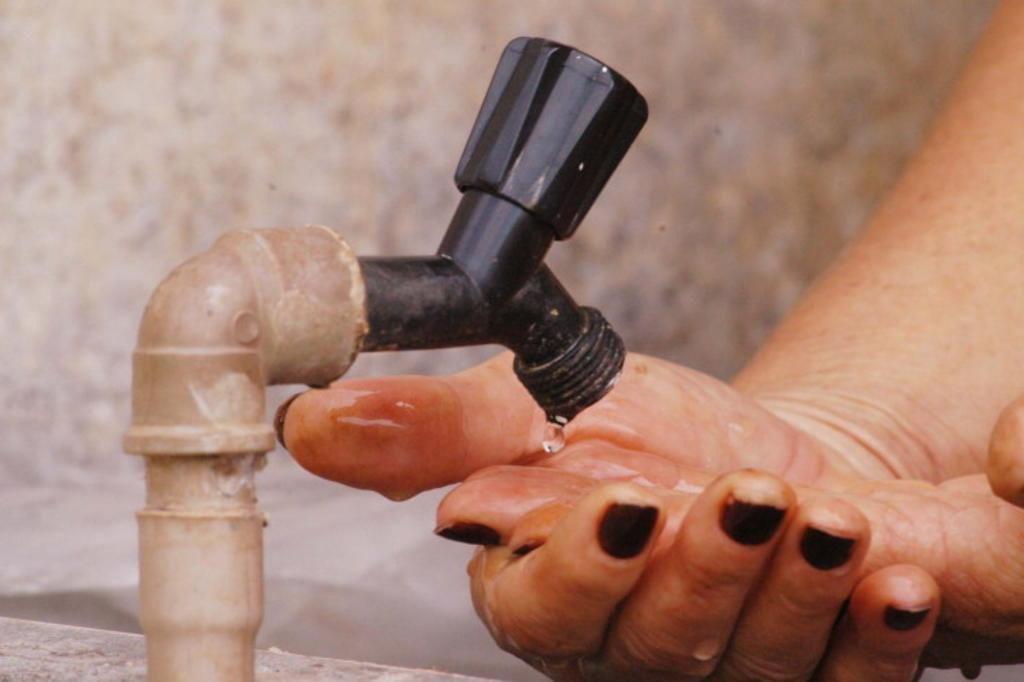Governador Eugênio Barros, com a falta de água nas torneiras, moradores estão comprando o líquido precioso