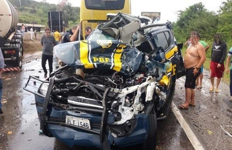 Viatura da PRF fica destruída em acidente na BR 116, em Cândido Sales BA
