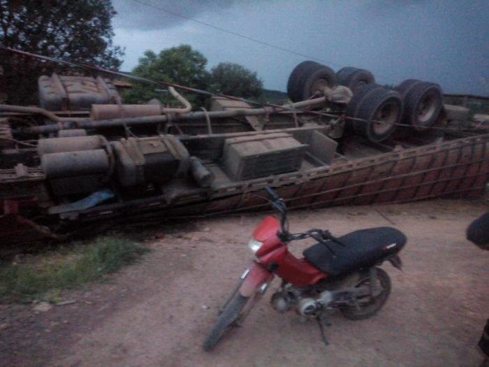 Motorista perde controle e caminhão boiadeiro vira na MA-012 próximo a Barra do Corda