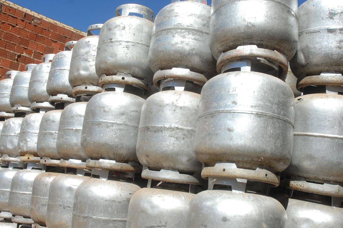 Bolsonaro quer reduzir pela metade o preço do gás de cozinha, diz Guedes