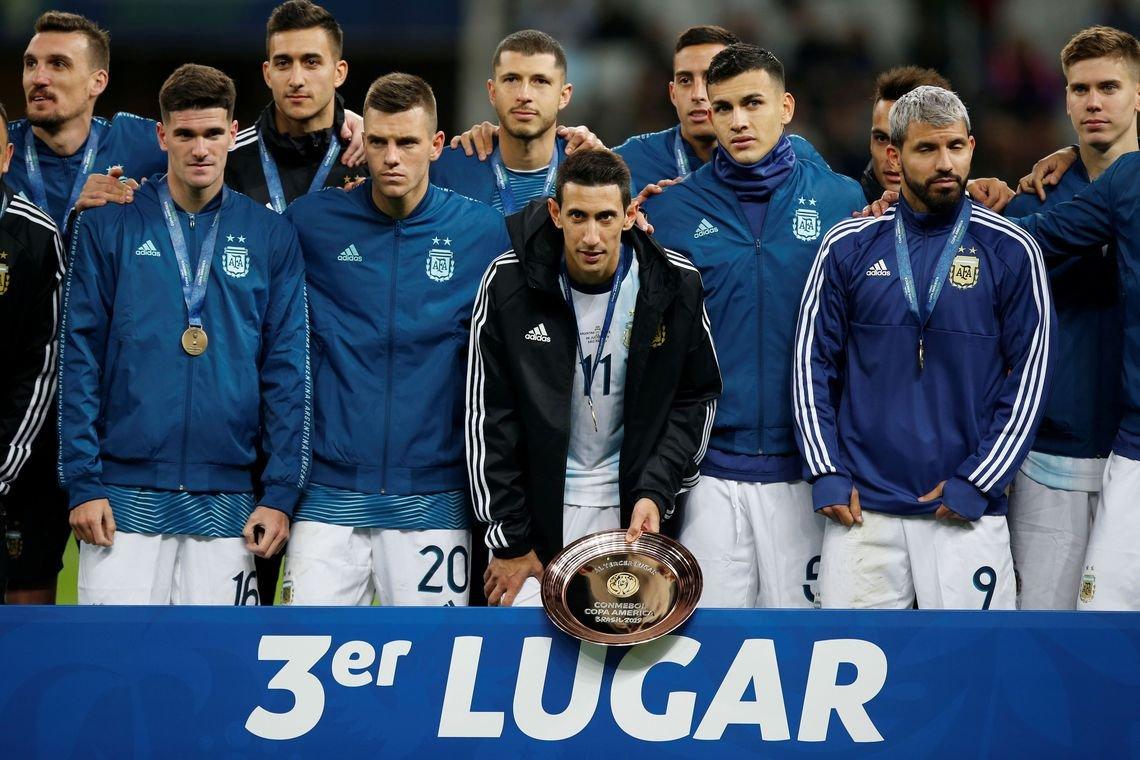 Messi é expulso, mas Argentina vence Chile e fica em 3° na copa América