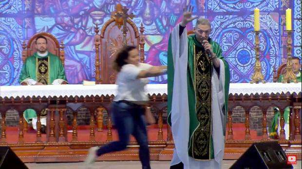 Mulher empurra Padre Marcelo Rossi de palco durante missa
