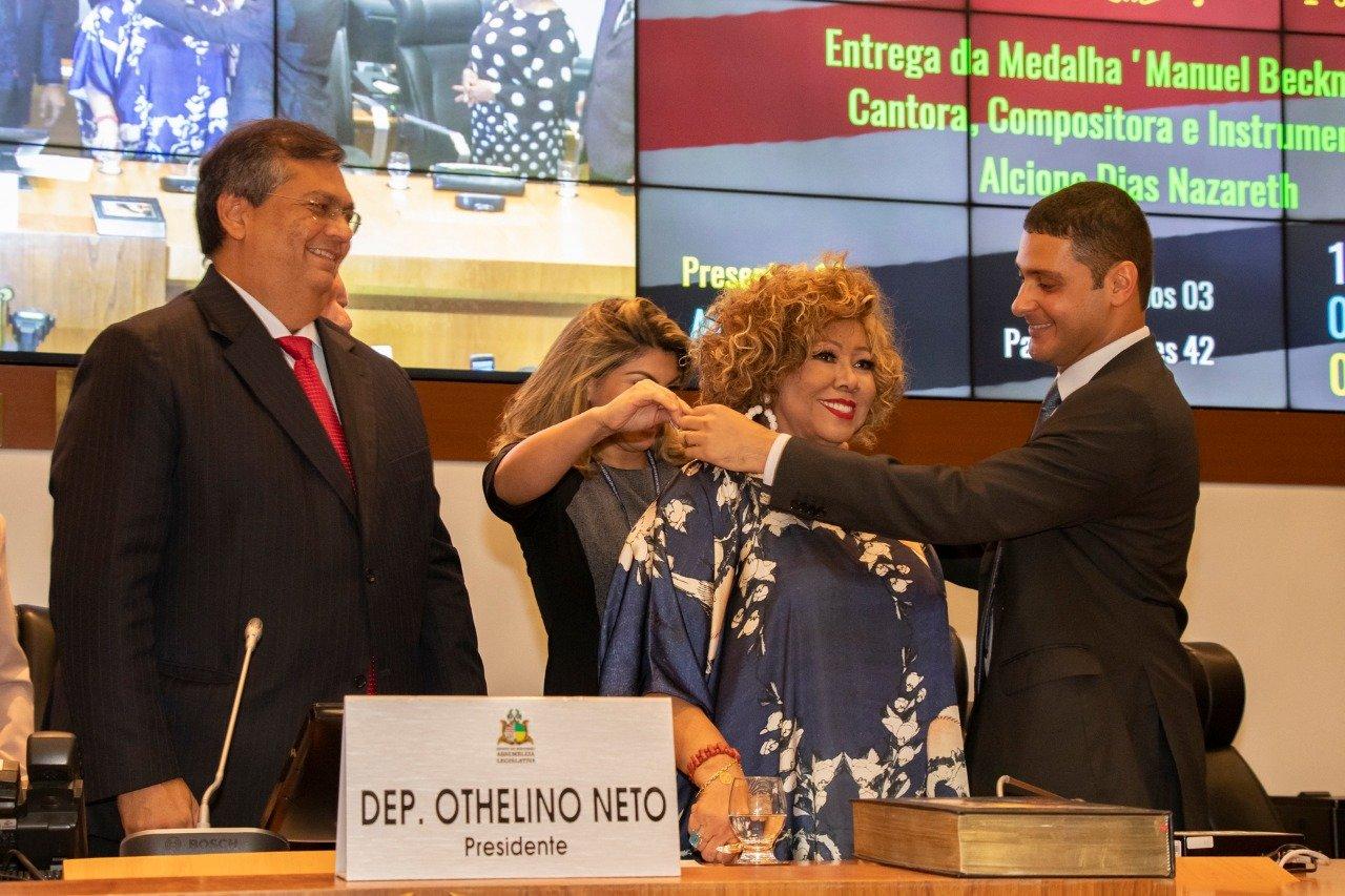Wendell Lages homenageia cantora Alcione com maior honraria da Assembleia Legislativa