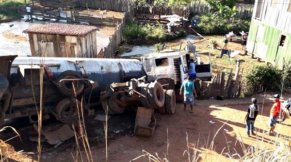 """Bitrem tomba e derrama """"óleo queimado"""" no Rio Córrego Novo, na BR-222"""