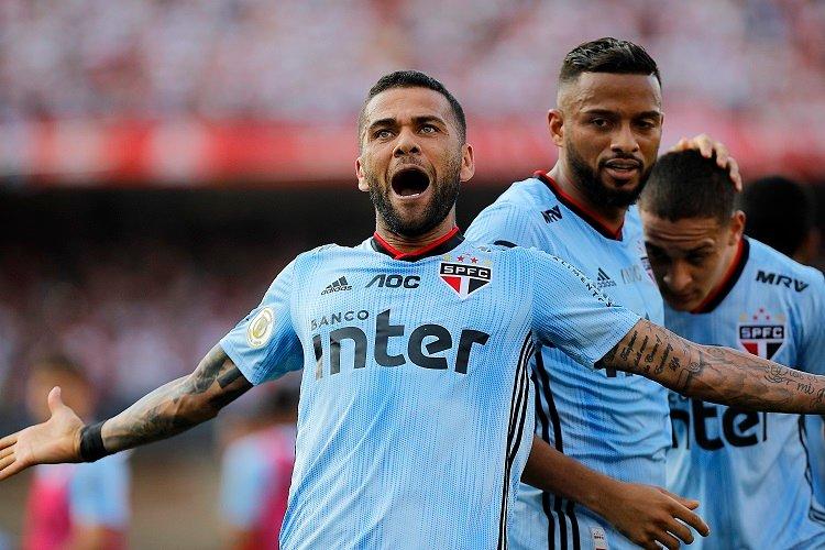Daniel Alves marca em estreia, e São Paulo vence a 4ª seguida no Brasileiro
