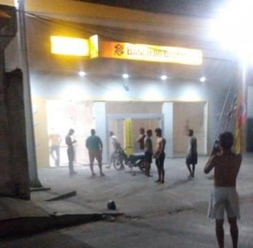 Bandidos atiram na polícia e estouram três bancos em Tutoia Maranhão