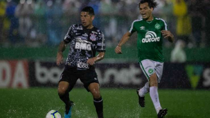 Corinthians bate a Chapecoense e consegue terceira vitória seguida