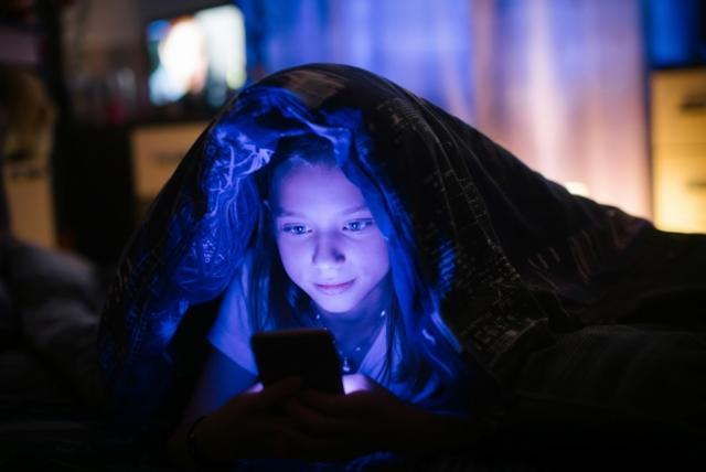 Entenda porque crianças não devem usar o celular uma hora antes de dormir