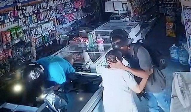 Assaltante beija idosa e diz que não quer o dinheiro dela durante assalto