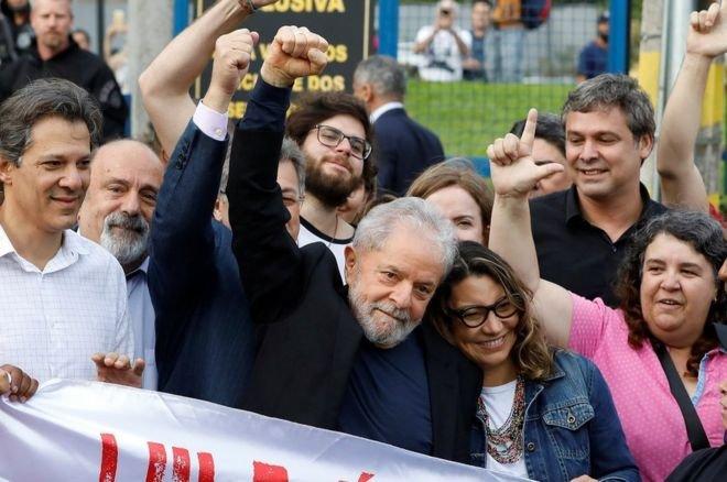 Lula deixa a prisão, critica Bolsonaro e promete 'percorrer o país