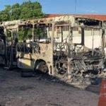 Ônibus pega fogo ao colidir com moto em Teresina