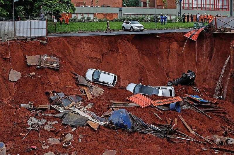 Solo cede e arrasta ao menos quatro carros em rua de Brasília