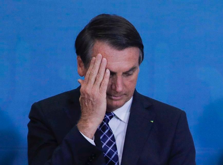 Bolsonaro cai no banheiro e vai para Hospital das Forças Armadas