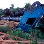 Após colisão com carreta, caminhão tomba e derrama carregamento de madeira na BR 010