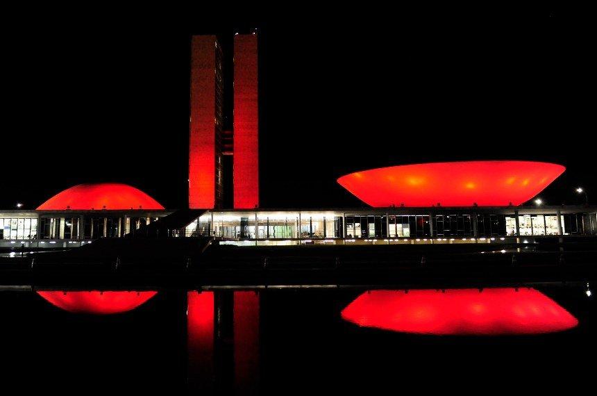 Congresso fica vermelho para lembrar luta contra Aids