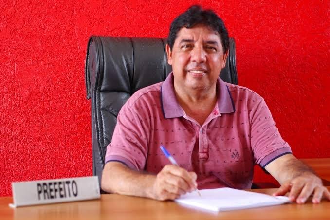 """Prefeito de Dom Pedro pega uma baita vaia e recorre ao """"pai nosso"""" em praça pública"""
