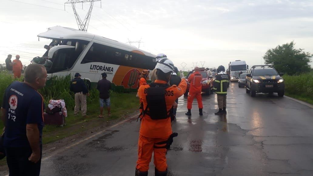 Acidente entre caminhão e um ônibus na BR 135 deixa uma mulher morta