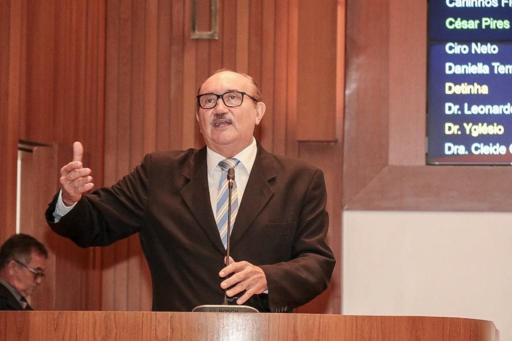 César Pires afirma que reajuste salarial dos professores concedido pelo Governo prejudica a categoria