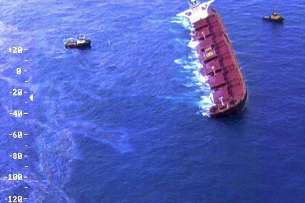 Barreira de proteção é instalada ao redor de navio encalhado no MA