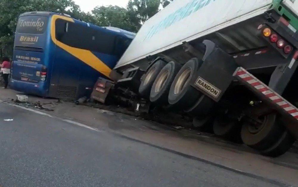 Ônibus que sai de São Luis com destino a Goiânia colide com caminhão e deixa trê mortos