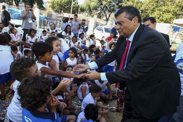 Flávio Dino anuncia salário de R$ 6,3 mil para professores do Maranhão