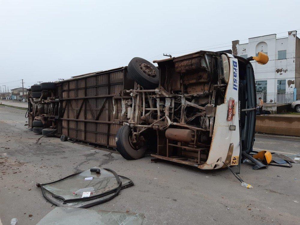 Ônibus da banda filhinhos de papai tomba  na BR 135, nas proximidades de Bacabeira e 5 pessoas ficam feridas