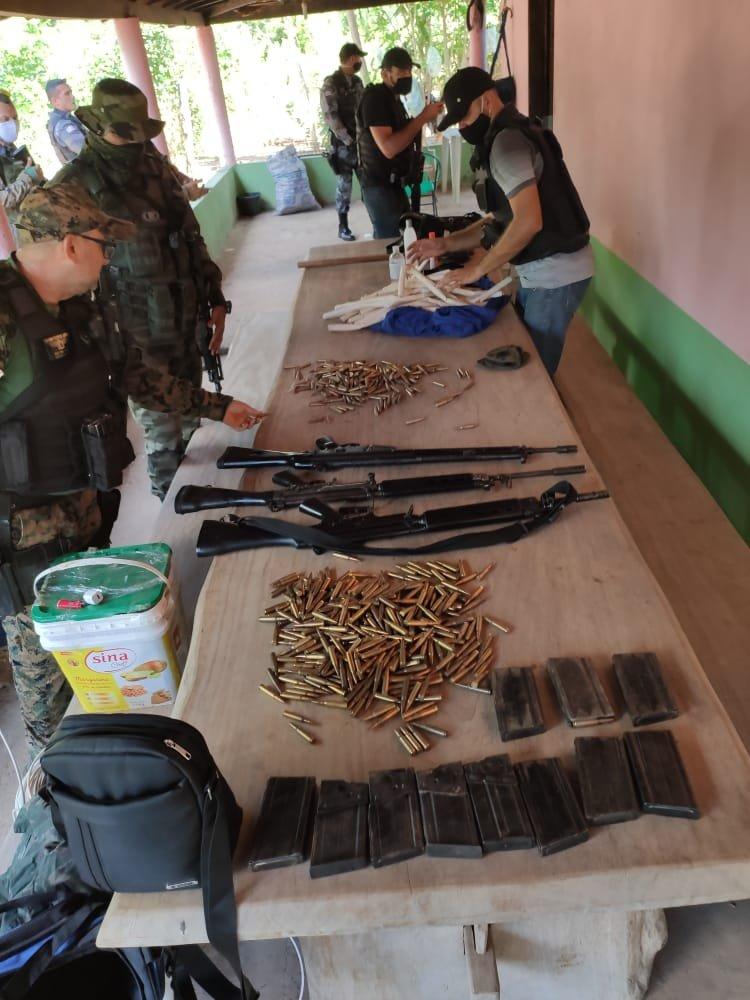 As polícias Civil e Militar apreenderam armas de alto calibre e munições em Presidente Dutra