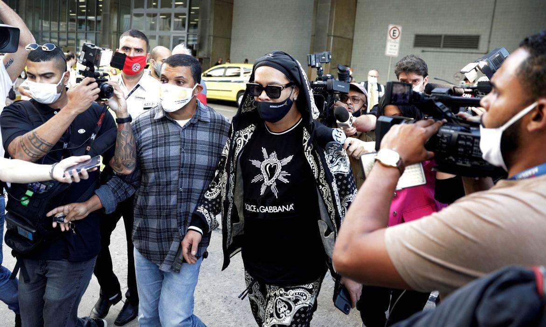 Ronaldinho Gaúcho chega ao Rio de Janeiro com seu irmão Assis