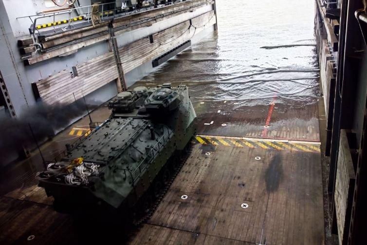Marinha faz exercício militar em Belém com carros anfíbios e caças