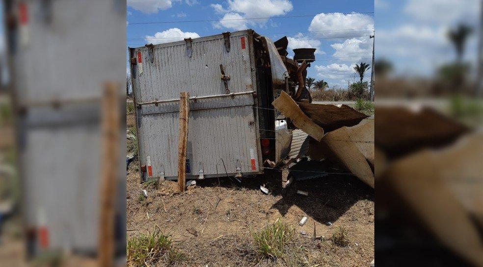 Caminhão carregado de peixe capota na BR 316 próximo a Bacabal