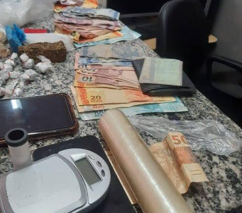 15º BPM FAZ APREENSÃO DE DROGAS E CONDUZ VÁRIAS PESSOAS SUSPEITAS DE TRÁFICO