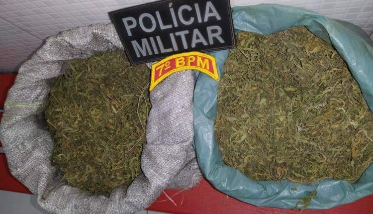 POLÍCIA MILITAR APREENDE DOIS SACOS COM ENTORPECENTES E PRENDE SUSPEITA DE TRÁFICO DE DROGAS EM SÃO JOÃO DO CARU MA