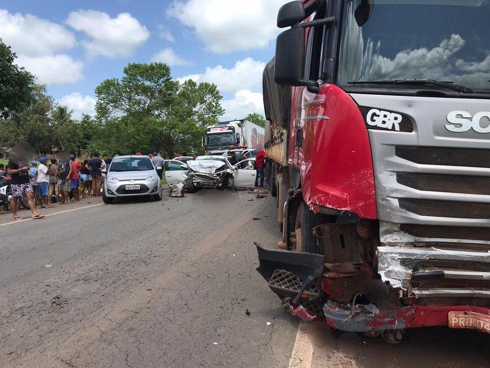 Acidente entre carreta e carro deixa vários mortos na BR-135 no MA