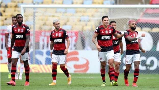 Flamengo vira no Maracanã, assume a liderança e está a uma vitória do título