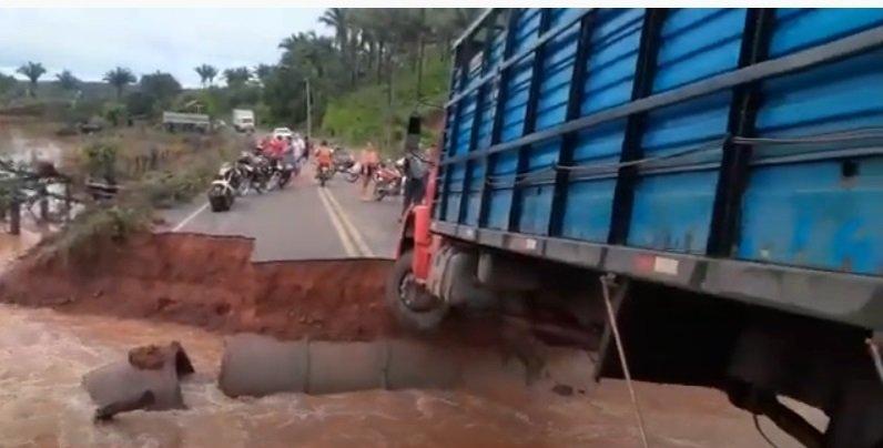 MA 112, cartada pelas fortes chuvas deixa trânsito parado