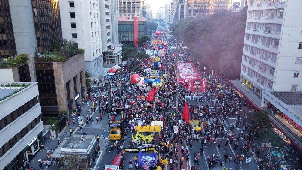 Manifestação contra Jair Bolsonaro fecha Avenida Paulista, em SP, neste sábado